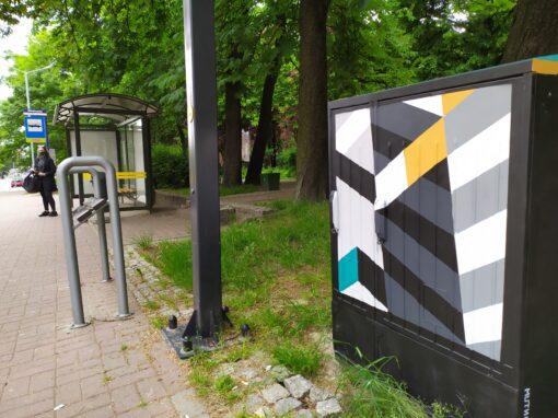 Moderna na skrzynkach – Mikołowska przy przystanku